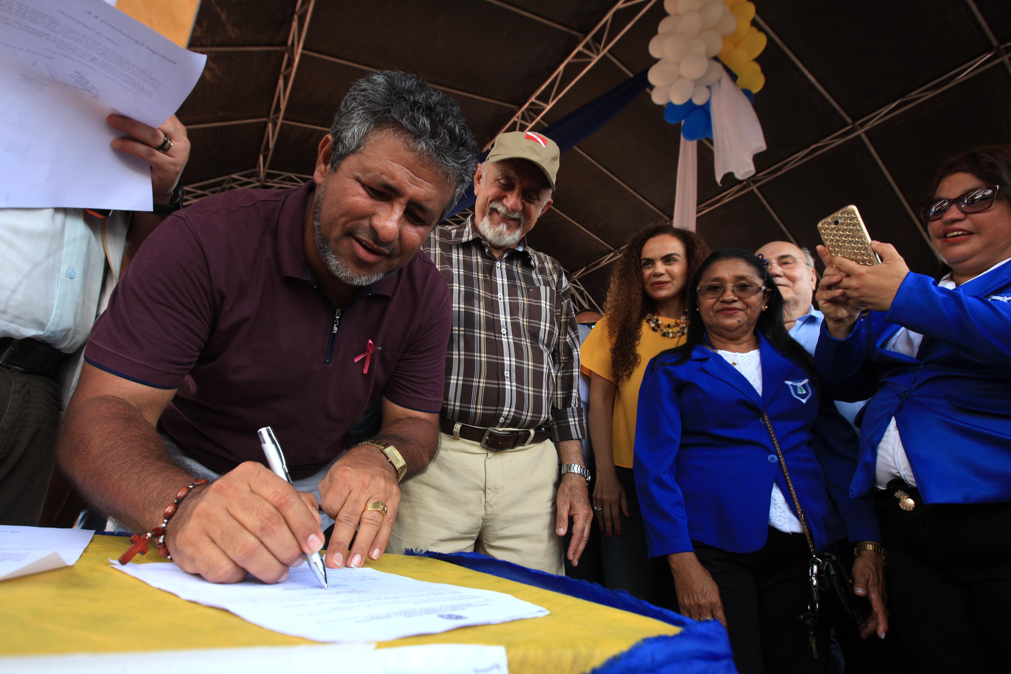 O prefeito do Moju, Deodoro Pantoja da Rocha (Ieié Pantoja), também assinou documentos que vão garantir mais obras importantes no município