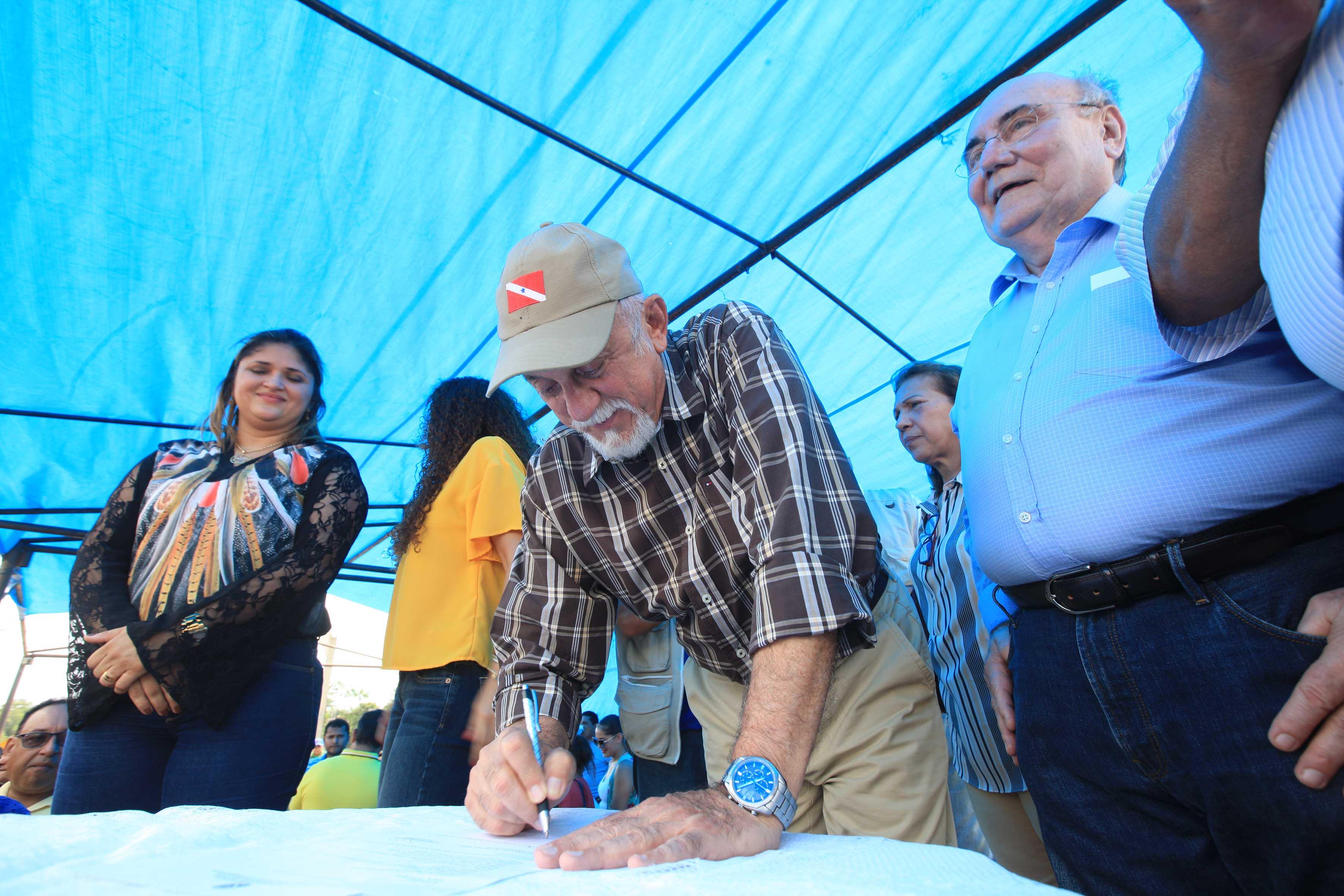 O governador Simão Jatene durante a assinatura das ordens de serviço das obras de pavimentação de 63 quilômetros da Rodovia PA-252, diante dos acaraen