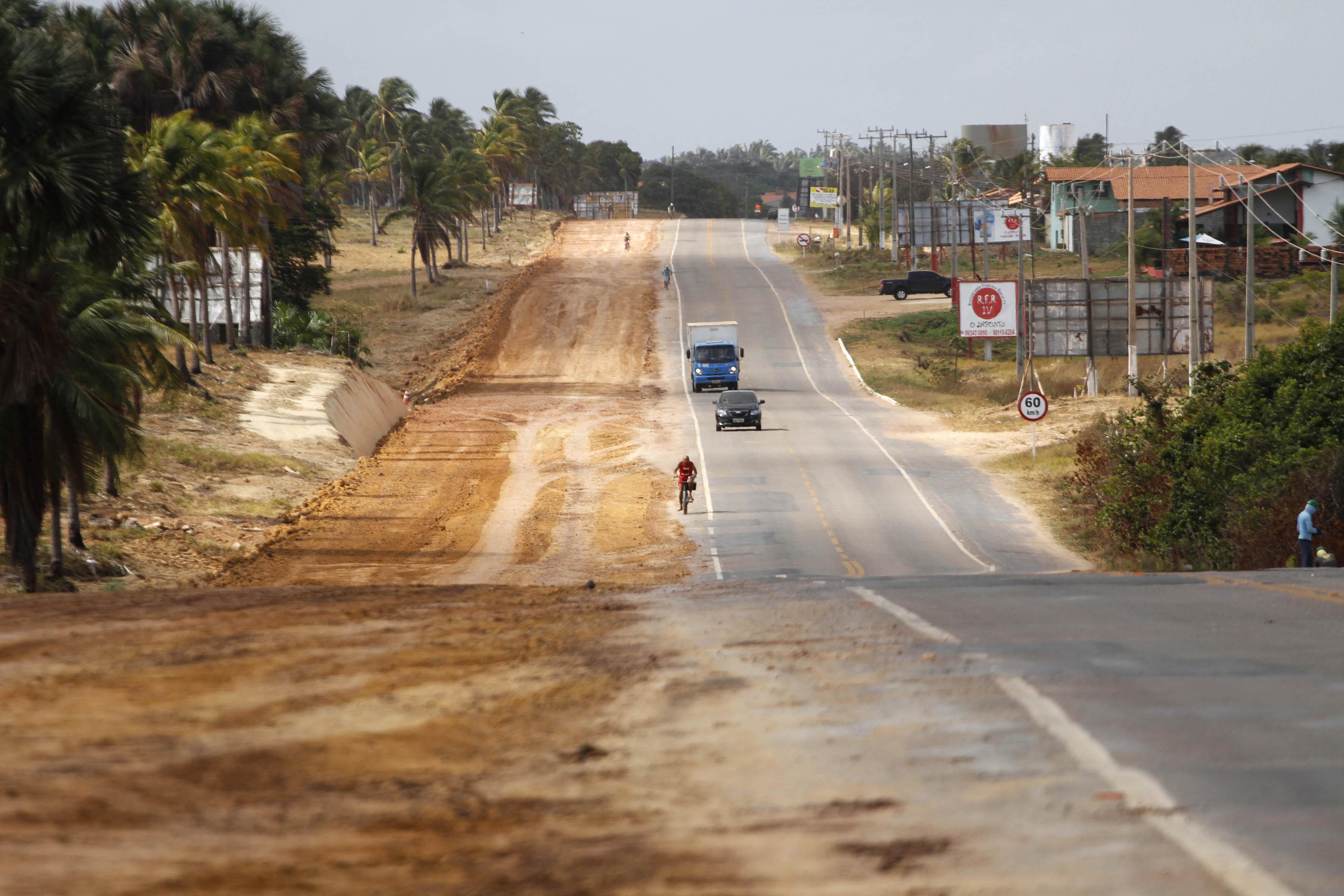 Além da duplicação da rodovia, o projeto prevê a criação de um canteiro central, ciclovia iluminada nos dois sentidos da pista e diversas travessias p