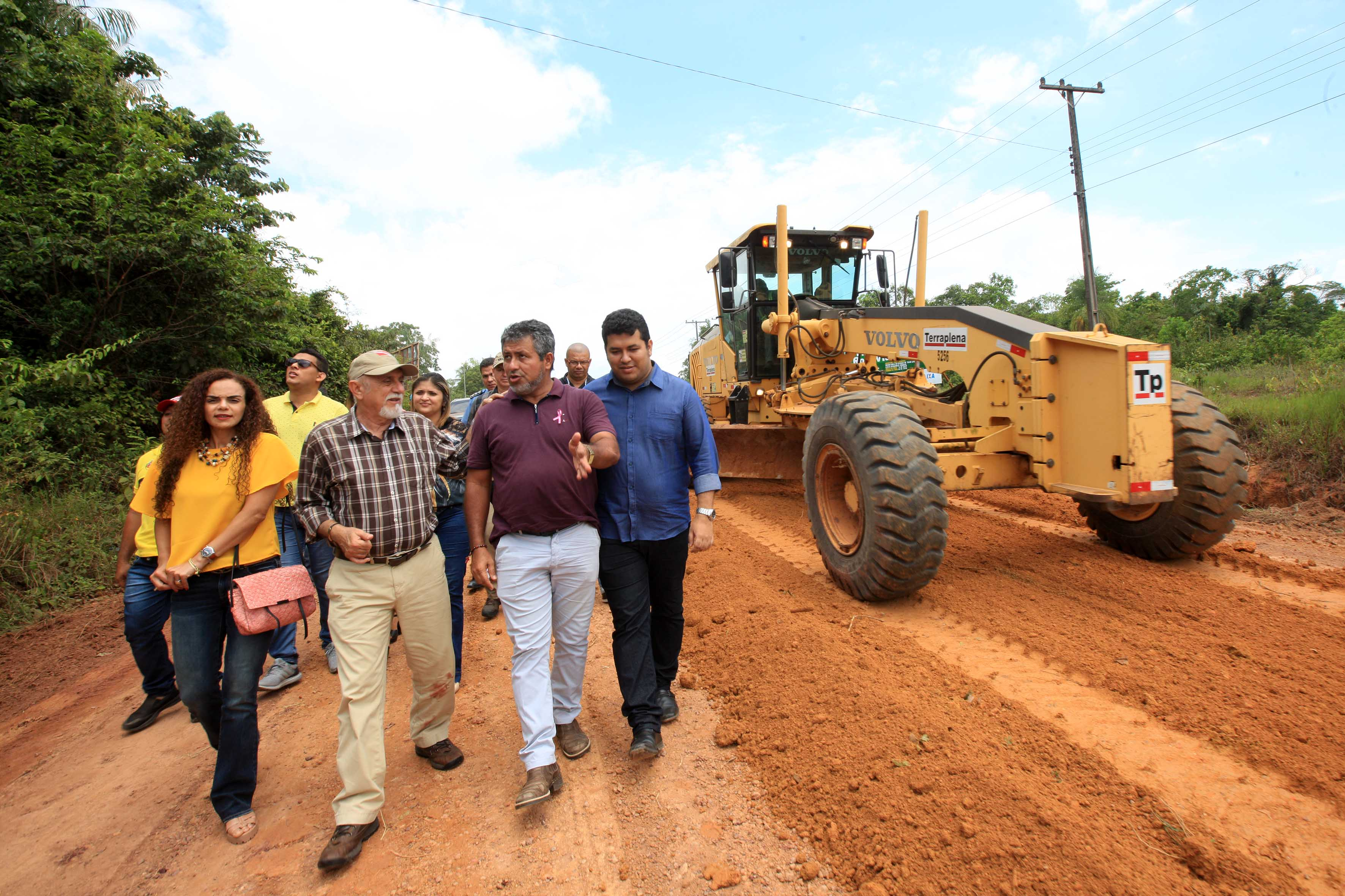 Simão Jatene, secretários de Estado e outros integrantes da comitiva inspecionaram o segundo trecho das obras, entre a Vila de Castanhandeua e a Rodov