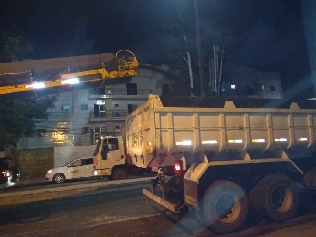 Equipamentos apropriados coletam o asfalto deteriorado.