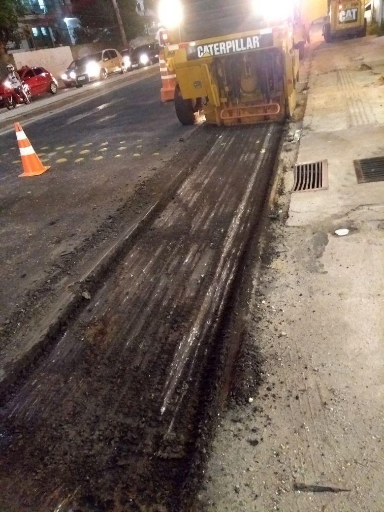Serviços de fresagem são necessários para a retirada do asfalto antigo. Esta etapa antecede o capeamento.